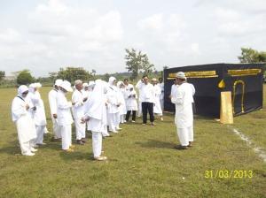 Gb. Para peserta menerima penjelasan dari Ketua Rombongan