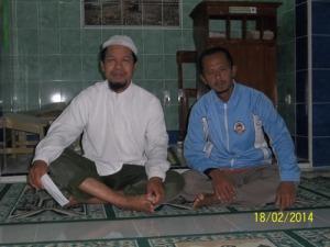 Gb . Mas Fajrudin ( kanan berjaket dengan penulis sehabis sholat Subuh di masjid Al-Huda Singar II