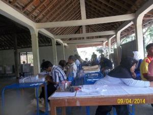 Gb. Anggota KPPS sibuk bekerja